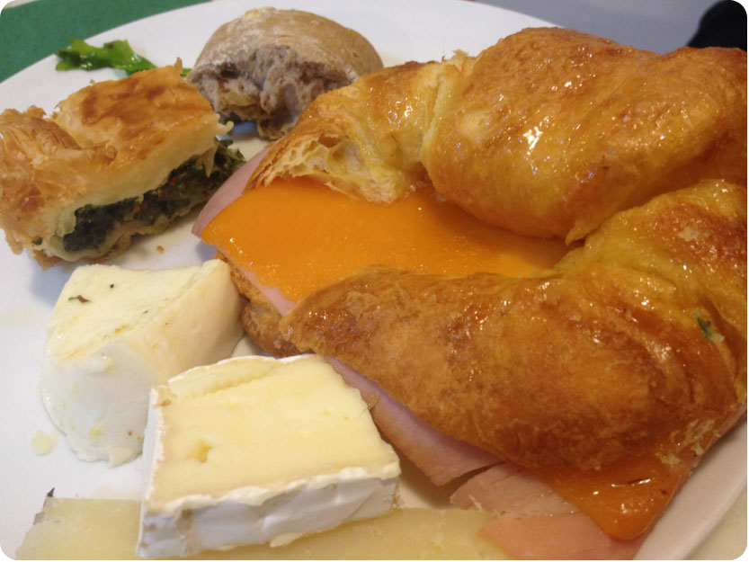 A brunch all-you-can-eat buffet in Eixample - Strata Bakery - Croissant